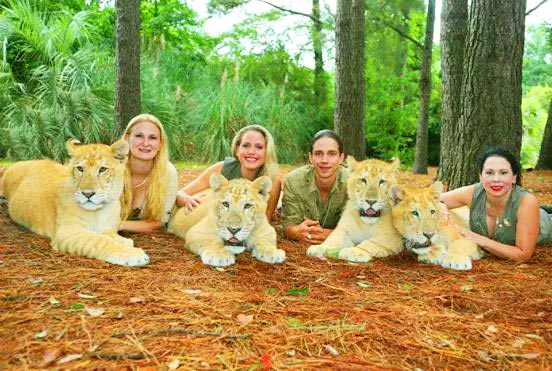 Moksha Bybee With Ligers And Her Team